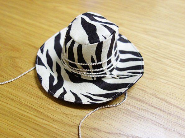 帽子を紐で飾る