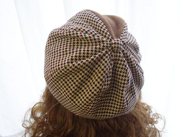 チョボのついたベレー帽
