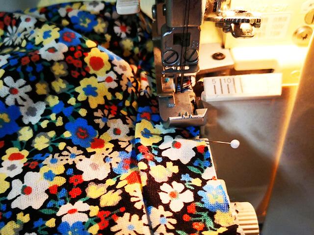 襟をロックミシンで縫いつける